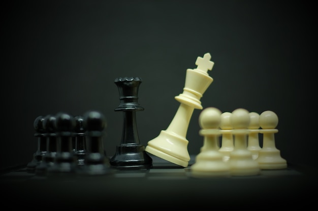Xadrez (rei, rainha e peão) para líder fundo ou textura