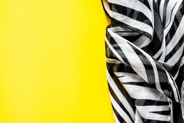 Xale de gás transparente elegante luz, lenço com listras preto e branco com um ornamento de zebra
