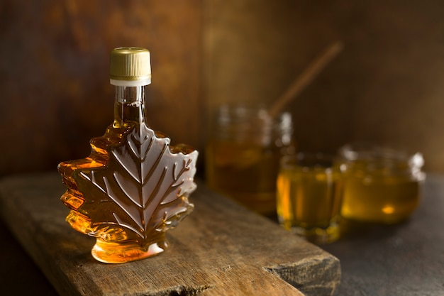 Xarope de bordo canadense em uma garrafa de vidro.
