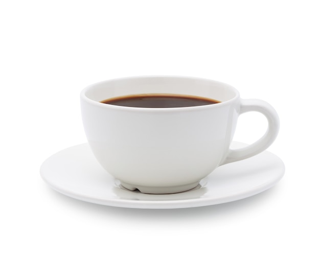 Xícara branca de café preto isolada