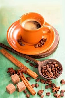 Xícara branca de café quente na mesa de madeira