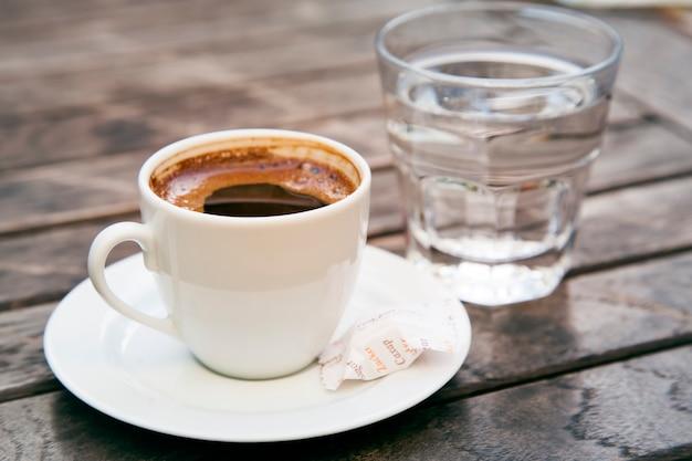 Xícara branca de café turco