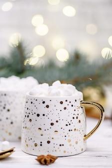 Xícara branca de cappuccino ou cacau com árvore de natal