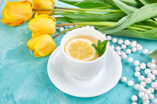 Xícara branca de chá com limão