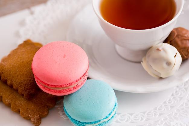 Xícara branca de chá quente