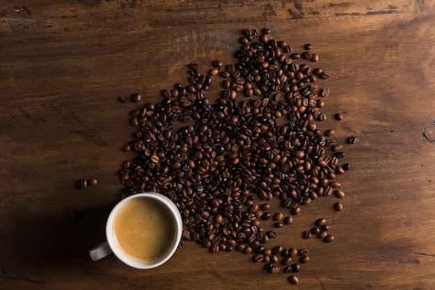 Xícara branca e grãos de café