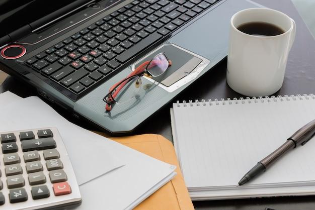 Xícara café, laptop, documento, arquivo, caneta, calculadora, notepad, e, óculos, ligado, tabela madeira