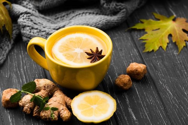 Xícara com aroma de chá de limão na mesa