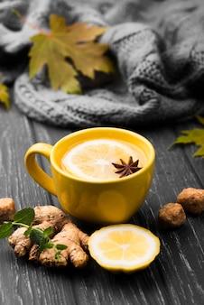 Xícara com aroma de limão e chá de ginseng