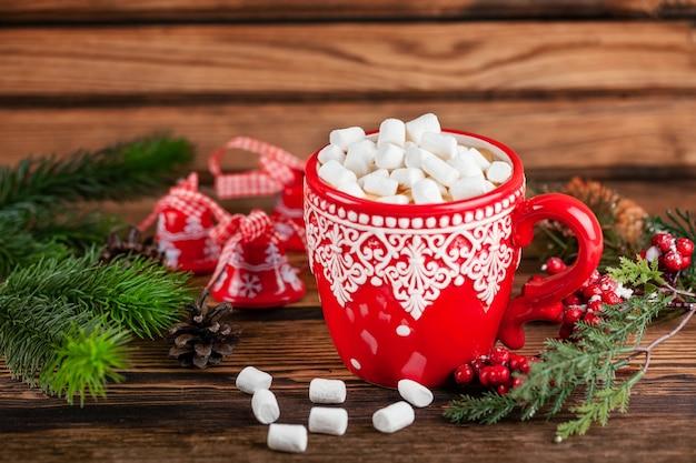 Xícara com cacau e marshmallows nas decorações de estilo de férias de inverno do natal