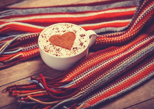 Xícara com café e formato de coração de cacau e lenço