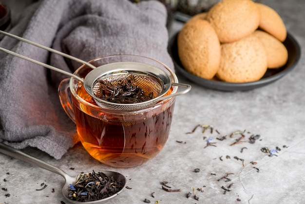 Xícara com chá aromático