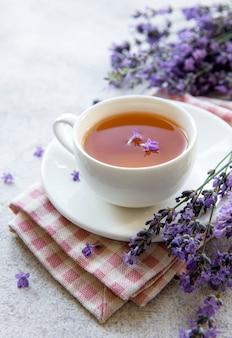 Xícara com chá de lavanda e flores frescas de lavanda