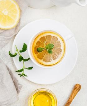 Xícara com chá de limão