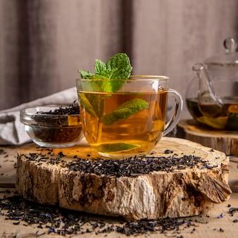 Xícara com chá de menta