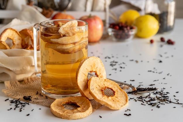 Xícara com chá de pêssego no dek