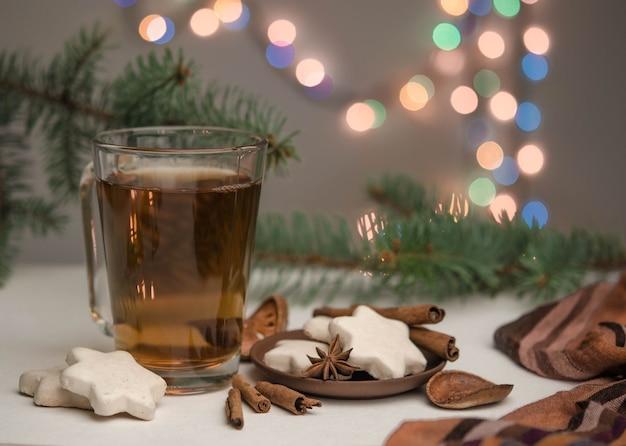 Xícara com chá e temperos em um bokeh