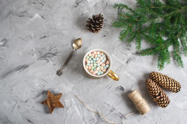 Xícara com chocolate quente e marshmallows decoração de caixa de presente de natal decoração natural conceito de festa de ano novo vintage