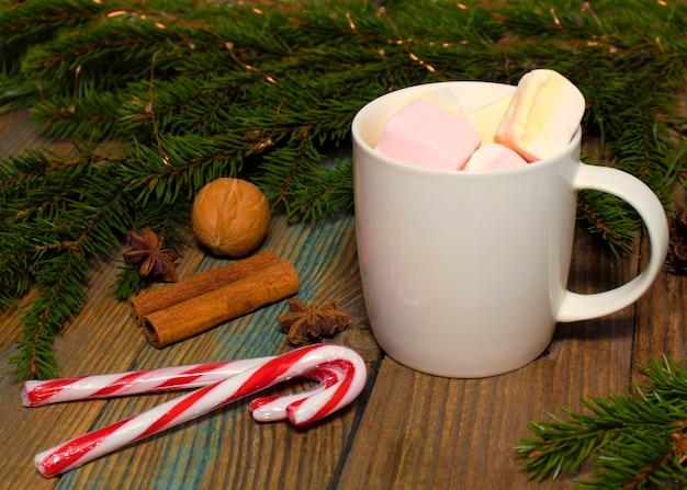 Xícara com especiarias de cacau e marshmallow e canela