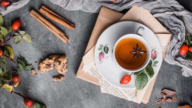 Xícara com vista de cima com chá, anis estrelado e canela
