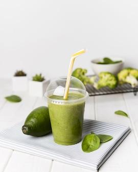 Xícara de abacate e espinafre batido