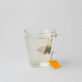 Xícara de água quente e chá de frente