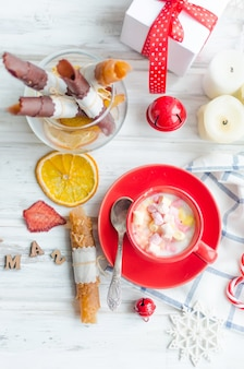 Xícara de cacau com marshmallow com pastilha de frutas e batatas fritas