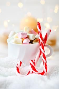 Xícara de cacau e marshmallows em um fundo claro fundo de natal