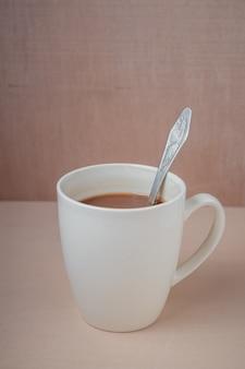 Xícara de cacau em uma mesa de madeira.