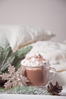 Xícara de cacau na bandeja branca na cama, manhã de inverno