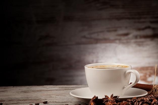 Xícara de café anis canela sobre madeira grunge