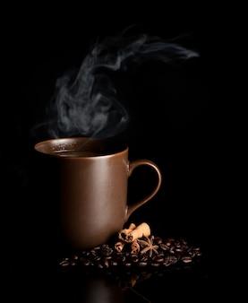 Xícara de café aromática com fumaça e feijão