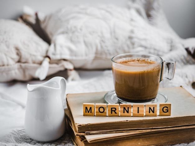 Xícara de café aromático, creme com leite fresco