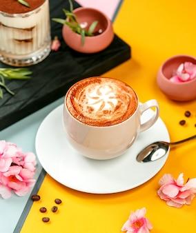 Xícara de café bebida com latte art e açúcar granulado