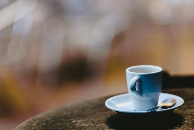 Xícara de café branca com fundo desfocado