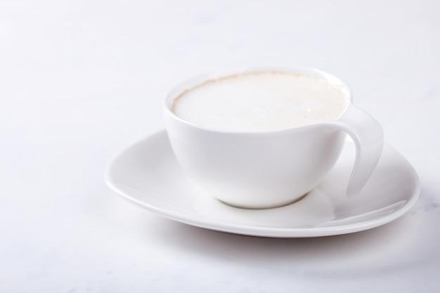 Xícara de café branca com leite