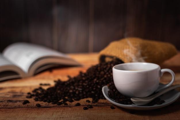Xícara de café branca e grãos de café