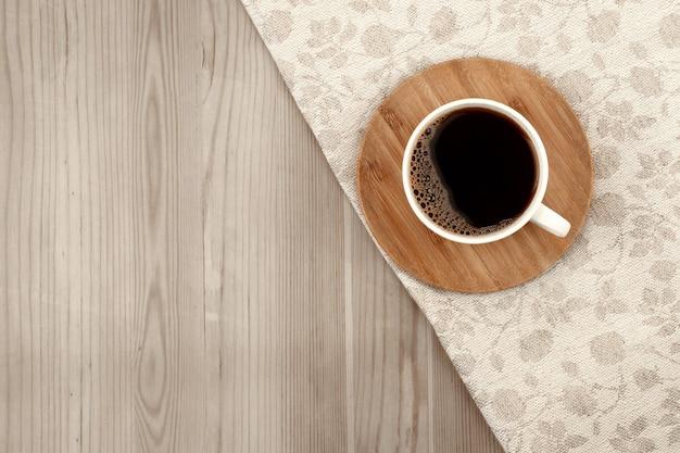 Xícara de café branca em fundo de madeira