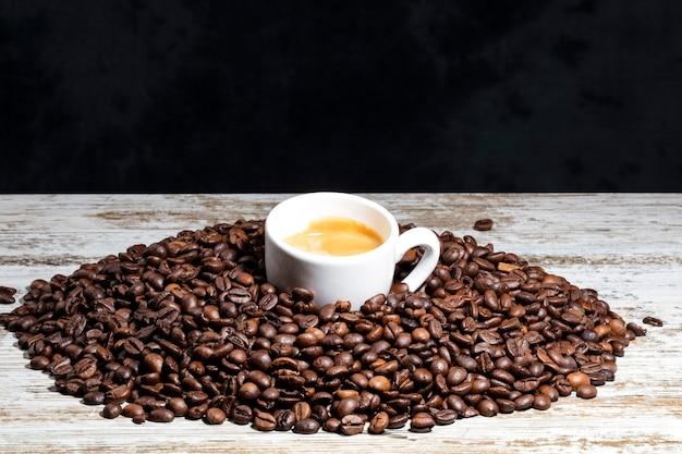 Xícara de café branca em grãos