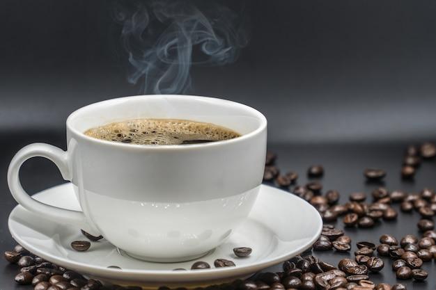 Xícara de café branca no fundo