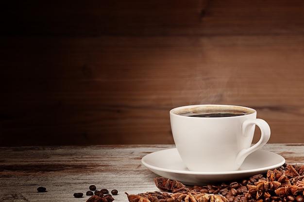 Xícara de café branca sobre fundo de madeira