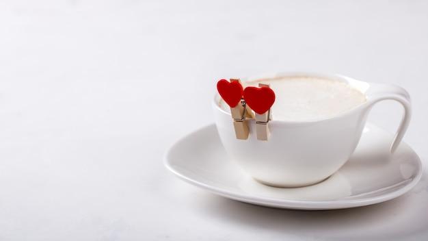 Xícara de café branco com leite no fundo branco