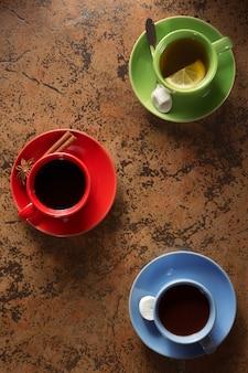 Xícara de café, cacau e chá na superfície da mesa
