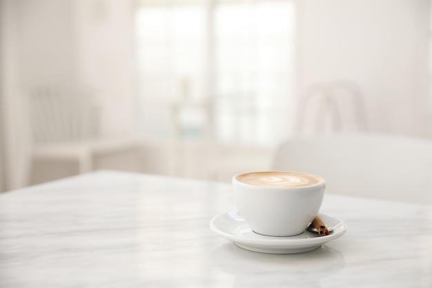 Xícara de café cappuccino na mesa de mármore branco