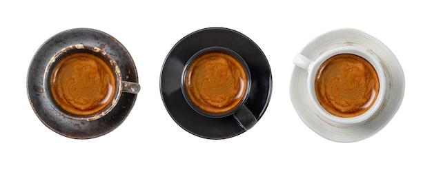 Xícara de café cerâmica artesanal em fundo branco isolado com traçado de recorte.