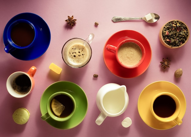 Xícara de café, chá e cacau em plano de fundo de papel, vista superior