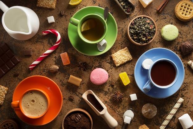 Xícara de café, chá e cacau na superfície abstrata