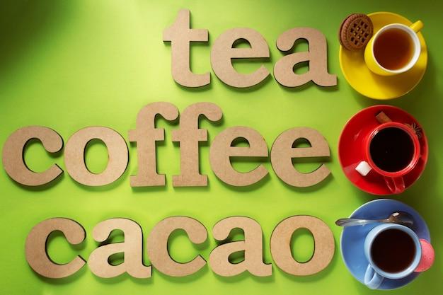 Xícara de café, chá e cacau na superfície de papel colorido