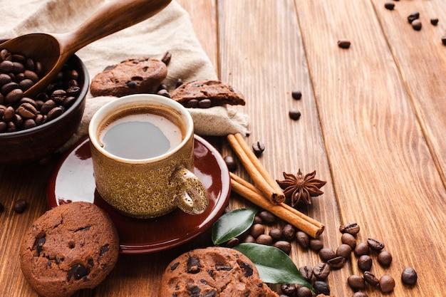 Xícara de café close-up com biscoitos em cima da mesa
