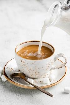 Xícara de café close-up com leite e açúcar